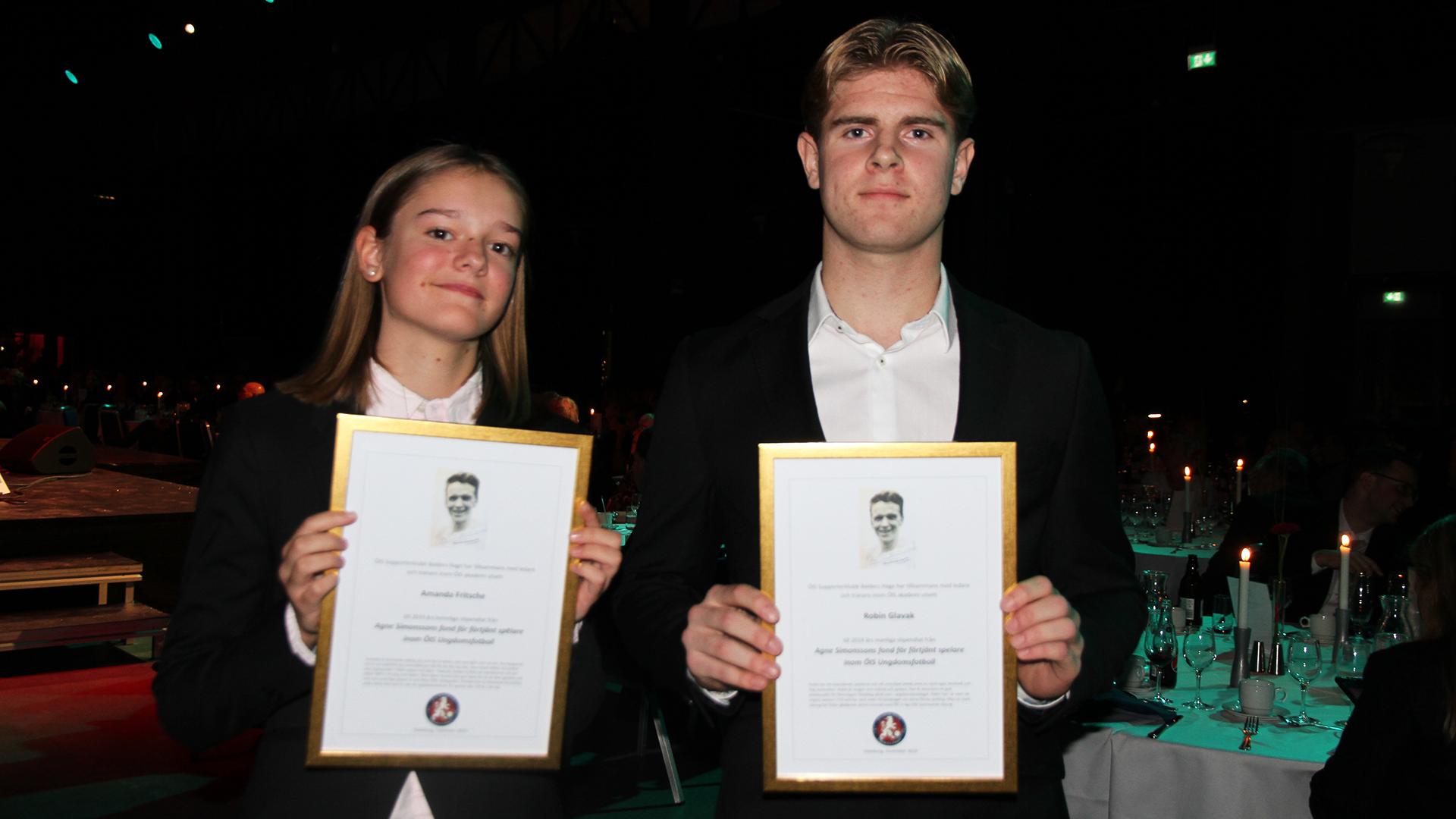 Amanda Fritsche och Robin Glavak mottar Agnestipendiatet i samband med ÖIS-galan 2019.